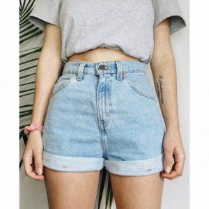 Femmes font de vieux jeans en short